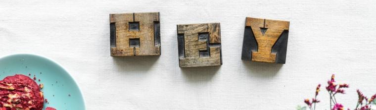 Hey H e y Buchstabe Buchstaben Teller Blumen Tisch Weiß Rot