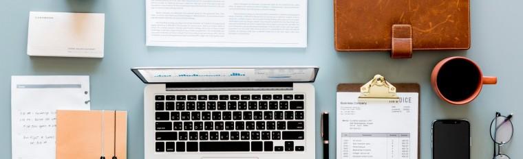 Arbeitsalltag Leistungen Laptop Kaffee Brille Handy Notizblog Schrift Schreibtisch Blau